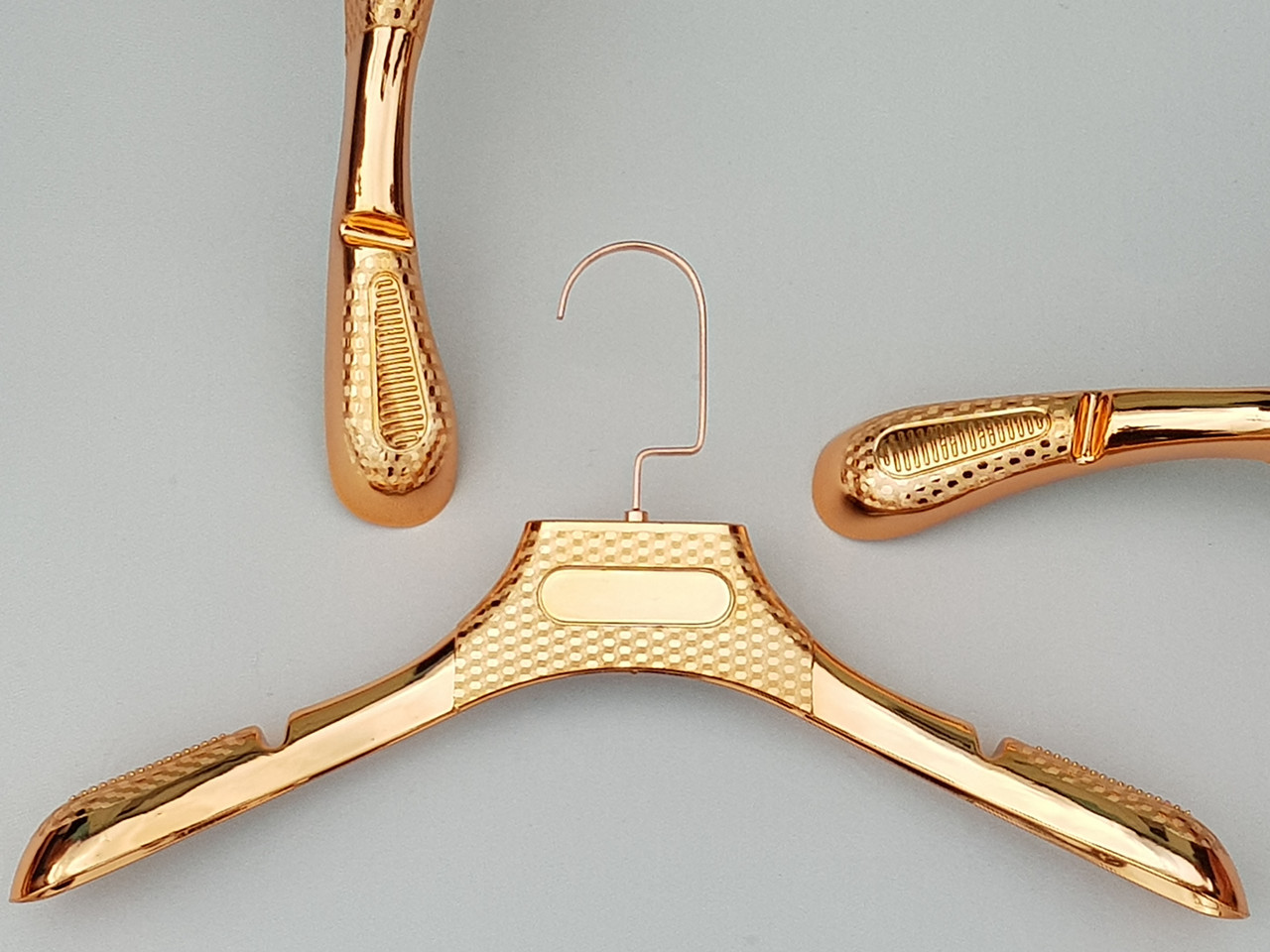 Плічка вішалки тремпеля кольору міді з антиковзаючим ребристим плечем, довжина 39 см