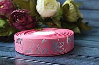 "Лента репсовая с рисунком 2.5 см ""Узоры"" серебро на розовом фоне, 25 ярд, оптом, фото 1"
