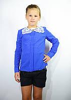 Детская блузка школьная синяя для девочки с кружевным воротником и брошью