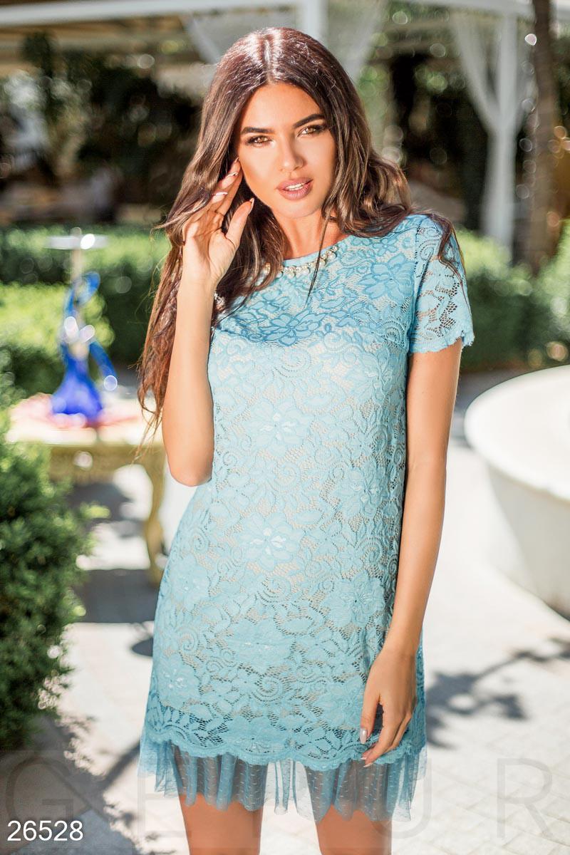 Вечернее платье мини полуприталенное гипюровое короткий рукав с рюшами внизу бежевый с голубым
