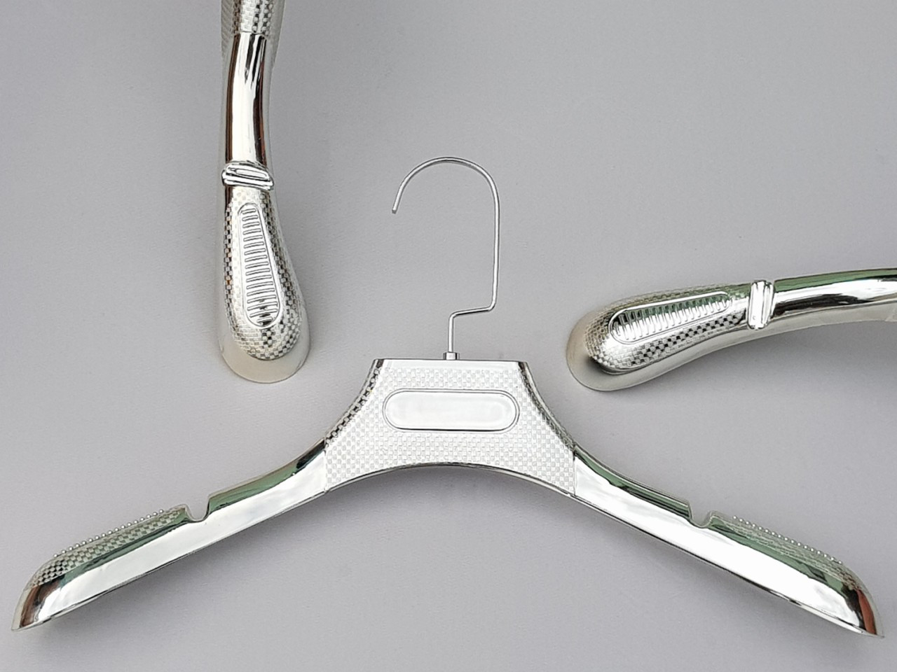 Длина 39 см. Плечики вешалки пластмассовые серебристого цвета с антискользящим ребристым плечом
