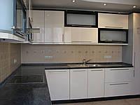 Кухня бело-чёрная. Фасады МДФ крашеный. Радиус