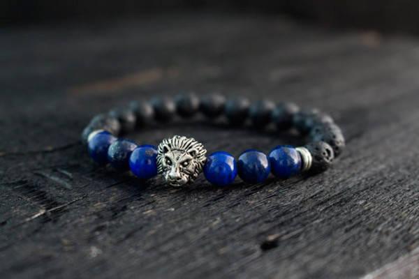 Браслет из лавы и лазурита с серебристым львом