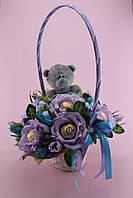 Букет из конфет в корзинке с мишкой и розами