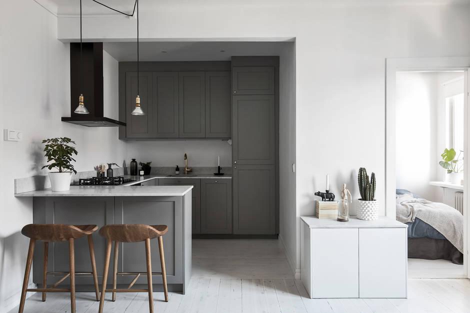 Кухня на заказ с серыми фасадами BLUM-064