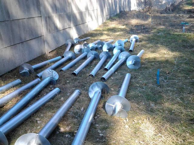 После разметки осей сваи будут установлены согласно проекту дома