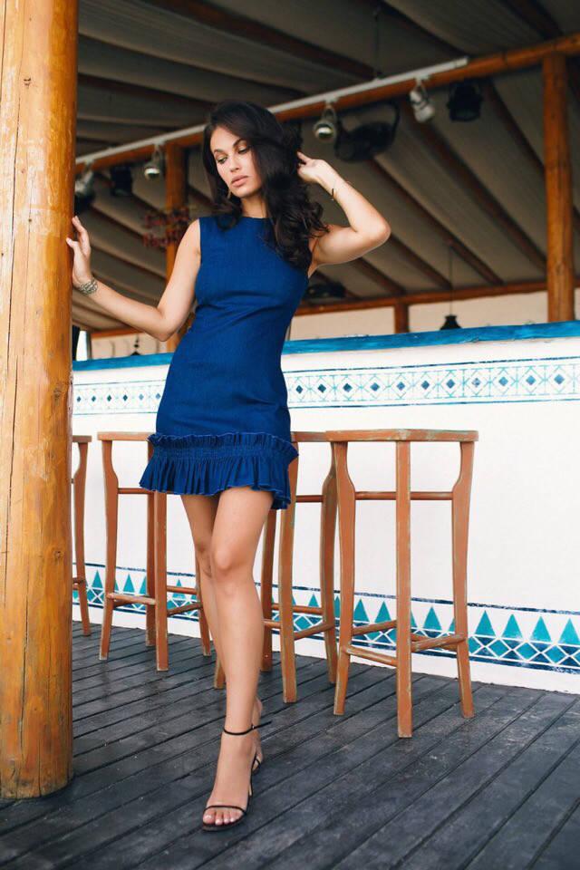 Платье из джинса с воланами.
