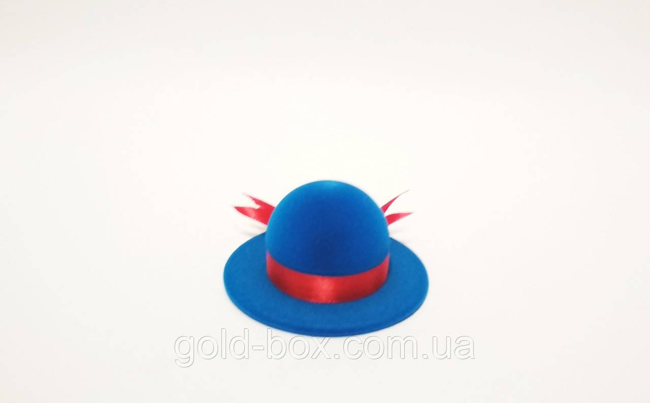 Оксамитова коробочка для кільця у вигляді жіночого капелюшка