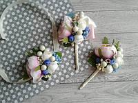"""Набір для свідків """"Бутоньєрка+браслет"""" Колір - розовий+голубий"""