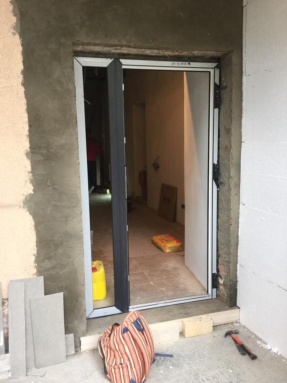 Устанавливаем каркас входной двери запасного входа