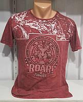 Мужская футболка красный цвет с модным принтом.