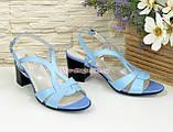 Босоножки женские голубые кожаные на невысоком каблучке, фото 3