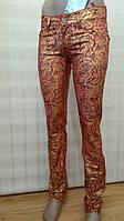 Женские джинсы с золотистым напылением красные