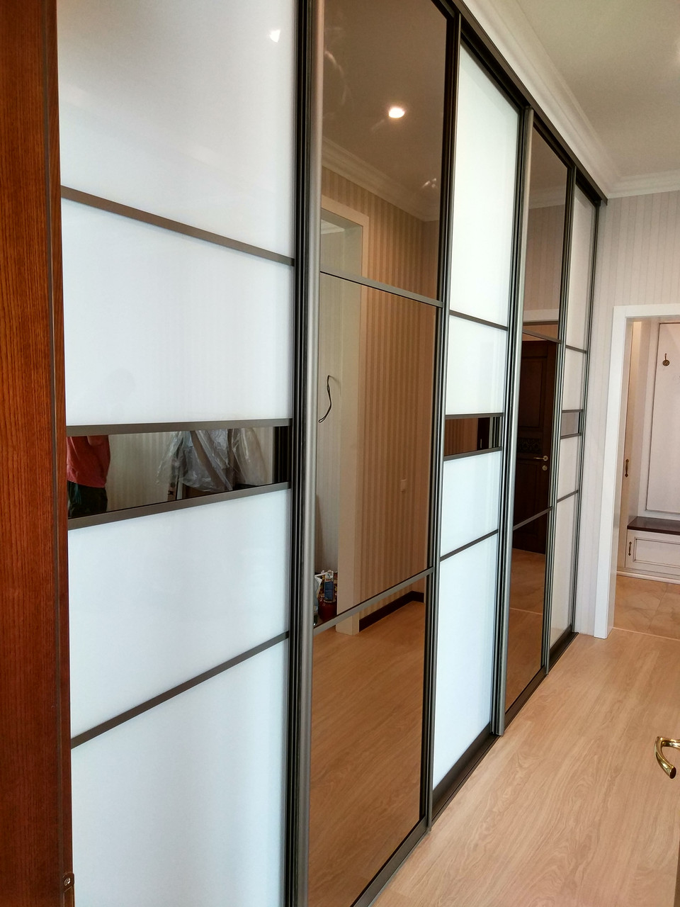 Встроенный шкаф купе в гостиную / стекло Lacobel с бронзовым зеркалом