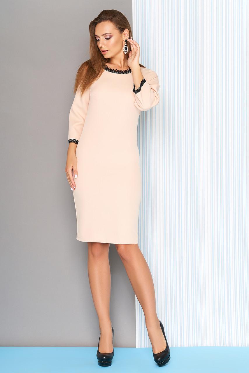 Осеннее платье средней длины по фигуре расклешенный рукав три четверти молоко