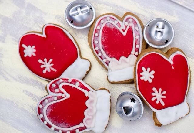 """Candy Bar """"Sweetkingdom""""   разработали  серию уникальных подарков Рождественские имбирные пряники.  Состав любого набора обсуждается индивидуально по телефону и вы можете внести любые изменения в форму, размер и состав пряничного подарка."""