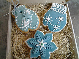 Пряники снеговики, снежинки впрочем как и всеновогодние пряникивсегда нравятся детям. Так не заставляйте ждать Нового года, что бы попробовать это восхитительное лакомство!