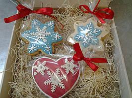 Рождественский пряник украшенный сахарной глазурью, -угощениедля детей и взрослых, приятный подарок на Новый год и Рождество и оригинальная елочная игрушка.