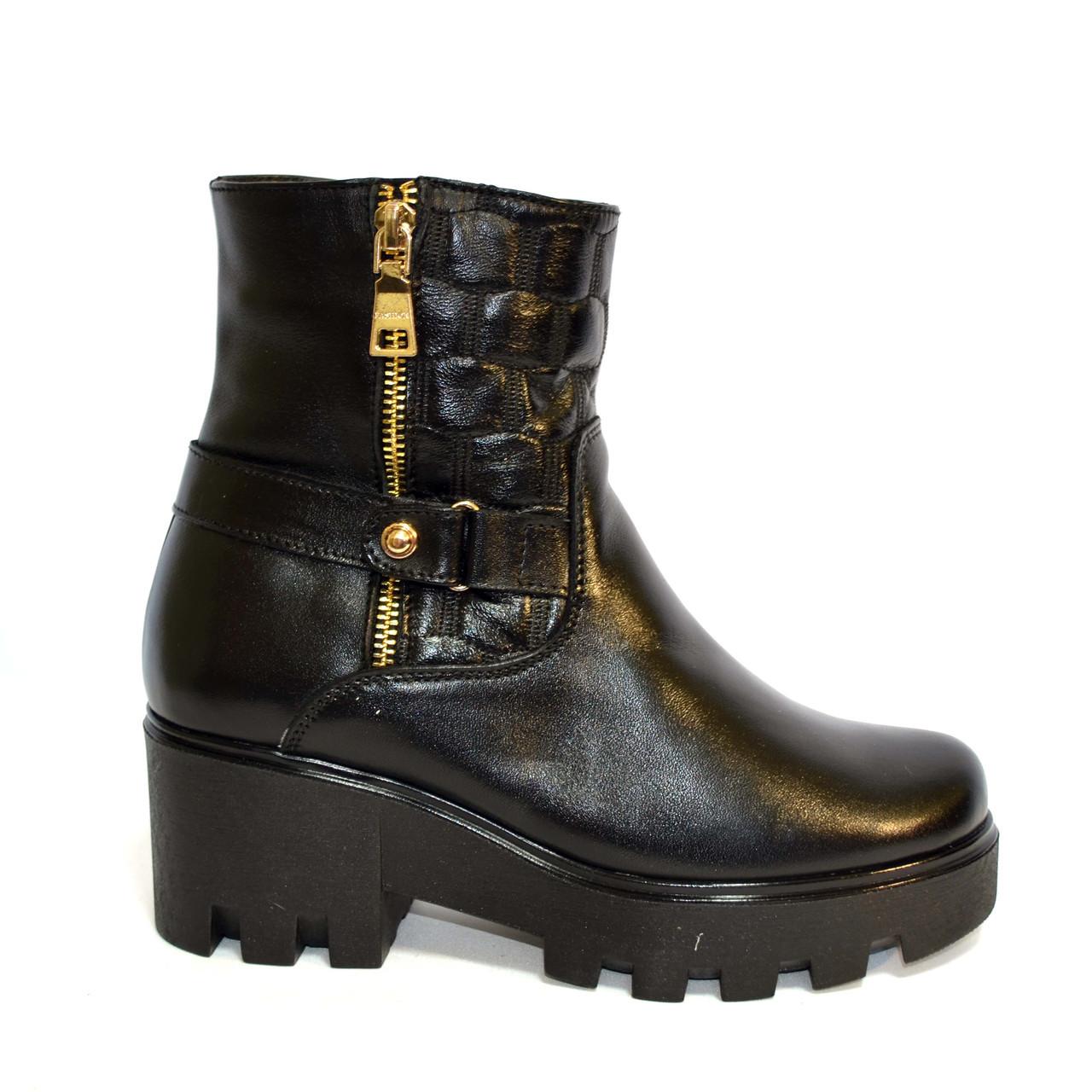 7b5c4c41f Женские зимние кожаные ботинки на тракторной подошве, декорированы молнией  и ремешком ...