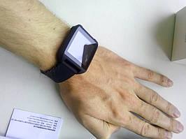 Часы на руке смотрятся компактно и стильно.