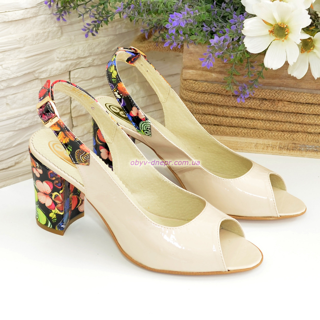 Женские лаковые босоножки на высоком каблуке, цвет бежевый