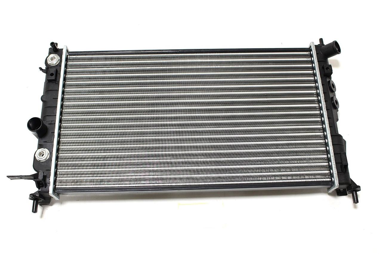 Радиатор охлаждения Opel Vectra B 1995-2000 (1.6-2.0 АКП АС+) 608*360мм по сотах KEMP