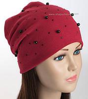 Красная женская шапка с черным жемчугом