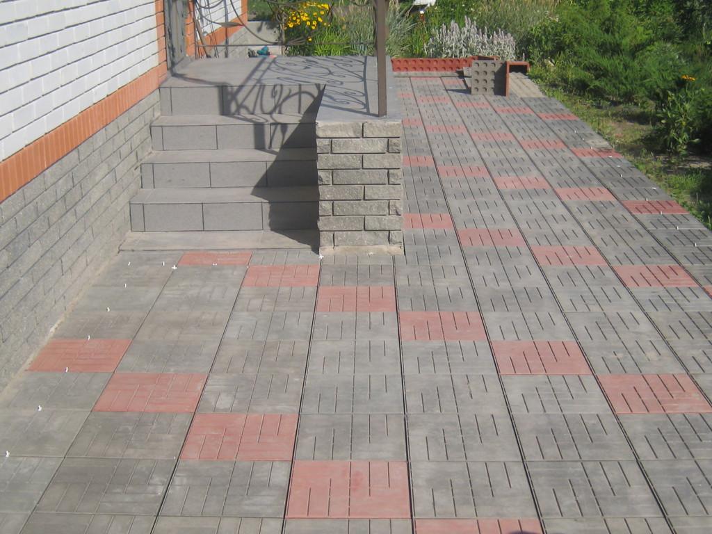 Укладка  полимер-песчаной тротуарной плитки