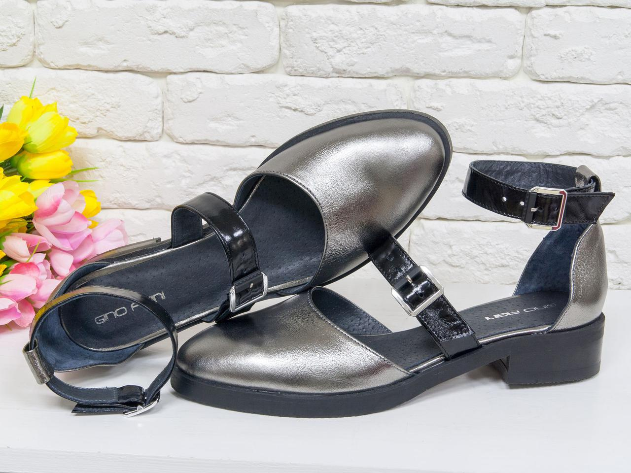 Стильные кожаные туфли цвета никель с ремешками черного цвета из лаковой кожи