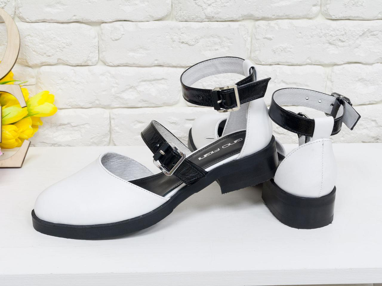 Стильные кожаные женские Туфли белого цвета с ремешками черного цвета из лаковой кожи