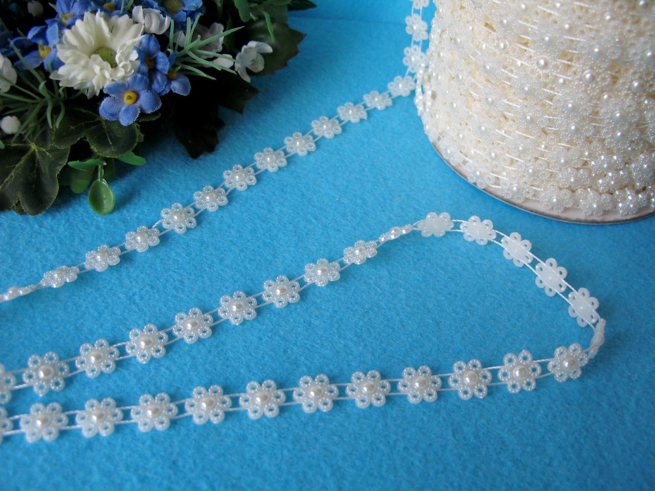 Лента с цветочками молочная 10 мм