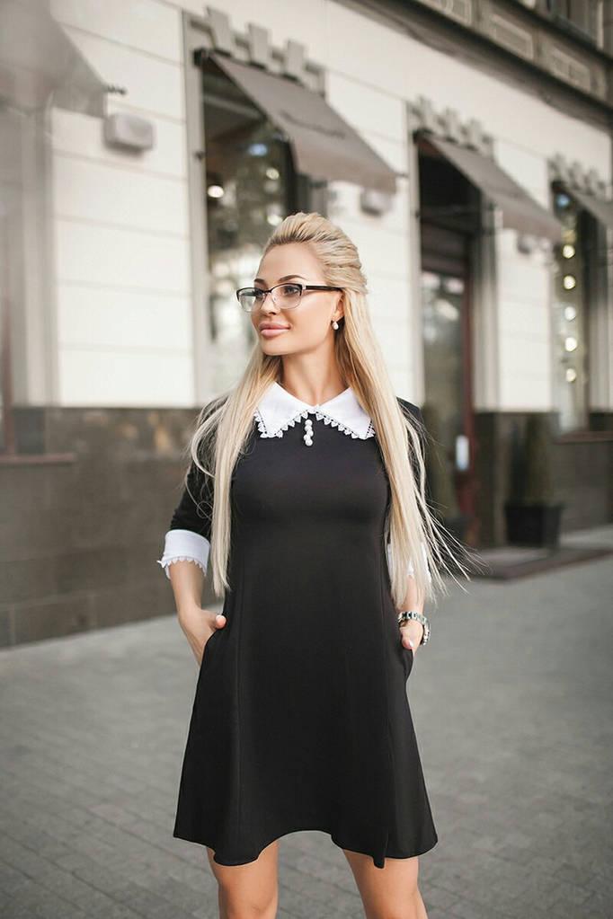 Платье с кружевом под пояс.