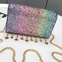 Клатч на цепочке с блестками и брелками, цвета в наличии