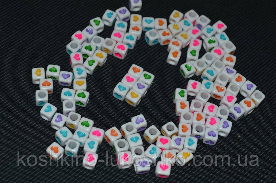Бусина белая с цветными сердечками 6 мм