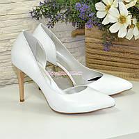 Женские кожаные белые туфли на шпильке