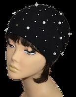 Черная шапочка с белыми жемчужинками