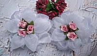 Бант белый с тремя розовыми розочками в середине Последний!