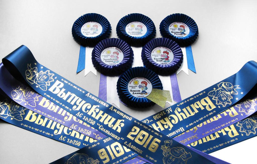 Синяя и лавандовая лента «Выпускник детского сада» (надпись - детский макет №2), медаль «Выпускник 2019» — «Капелька» и медаль «Выпускник 2019» — «Катюша».