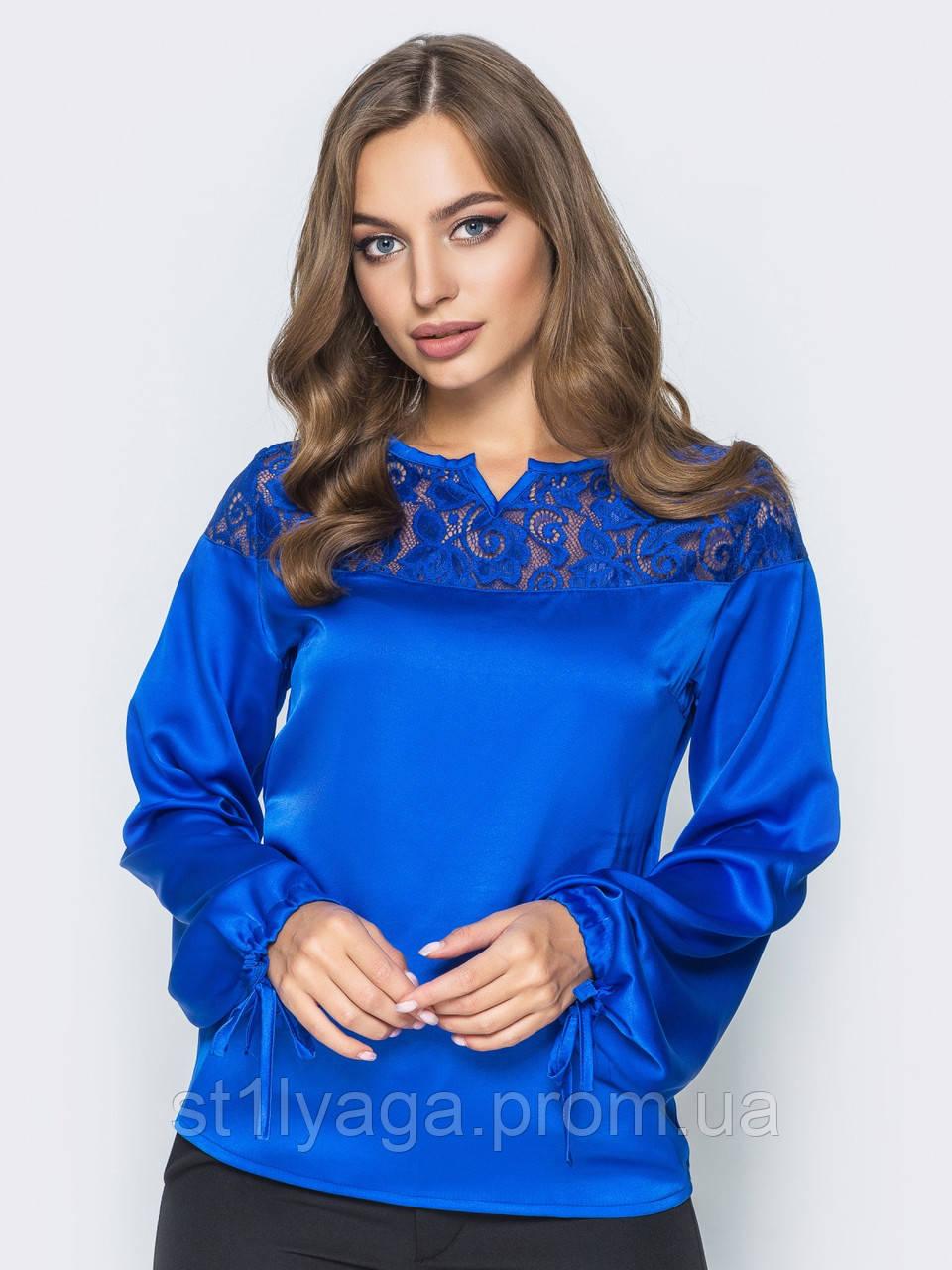 Шелковая блузка свободного кроя с кружевом по горловине синий электрик