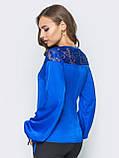 Шелковая блузка свободного кроя с кружевом по горловине синий электрик, фото 3