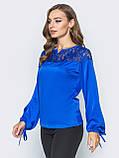 Шелковая блузка свободного кроя с кружевом по горловине синий электрик, фото 2