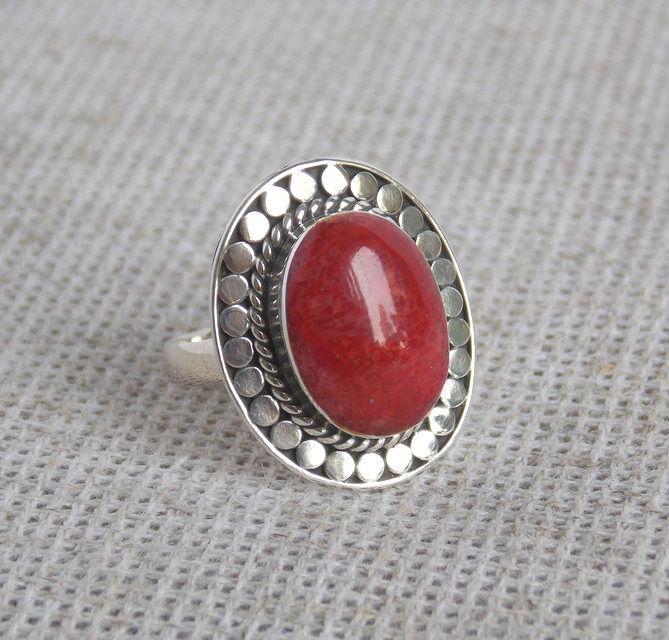 Серебряное кольцо ручной работы с красным кораллом  17 размера.  Балийское серебро
