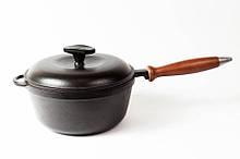 Кастрюля  чугунная эмалированная, с деревянной ручкой и крышкой. Матово-чёрная. Объем 2,0 литра.