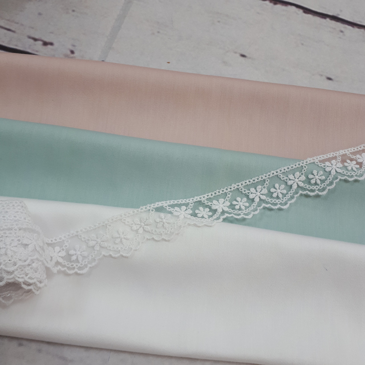Кружево прозрачное (2см) белого цвета с мелкими цветочками (длина - 14м)