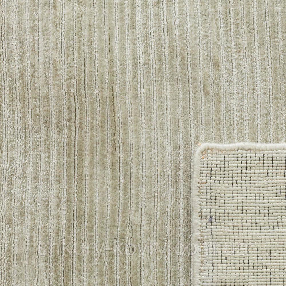 Белый ковер из Индии холодного оттенка выполнен из бананового шелка