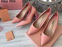 MIU MIU Лаковые туфли на декорированном каблуке (реплика), фото 1