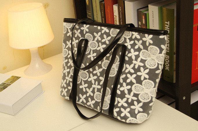 Очень стильная сумочка с ажурной вышивкой поверх экокожи Сlover