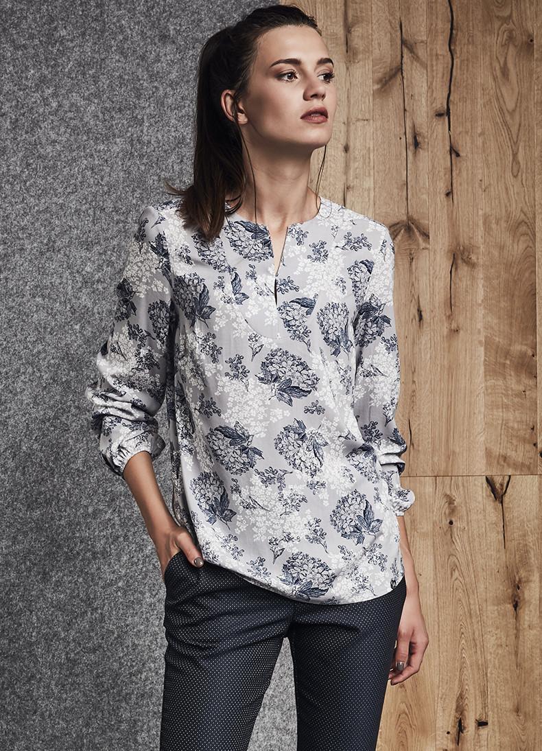 Женская блуза серого цвета с принтом. Модель 260034 Enny.