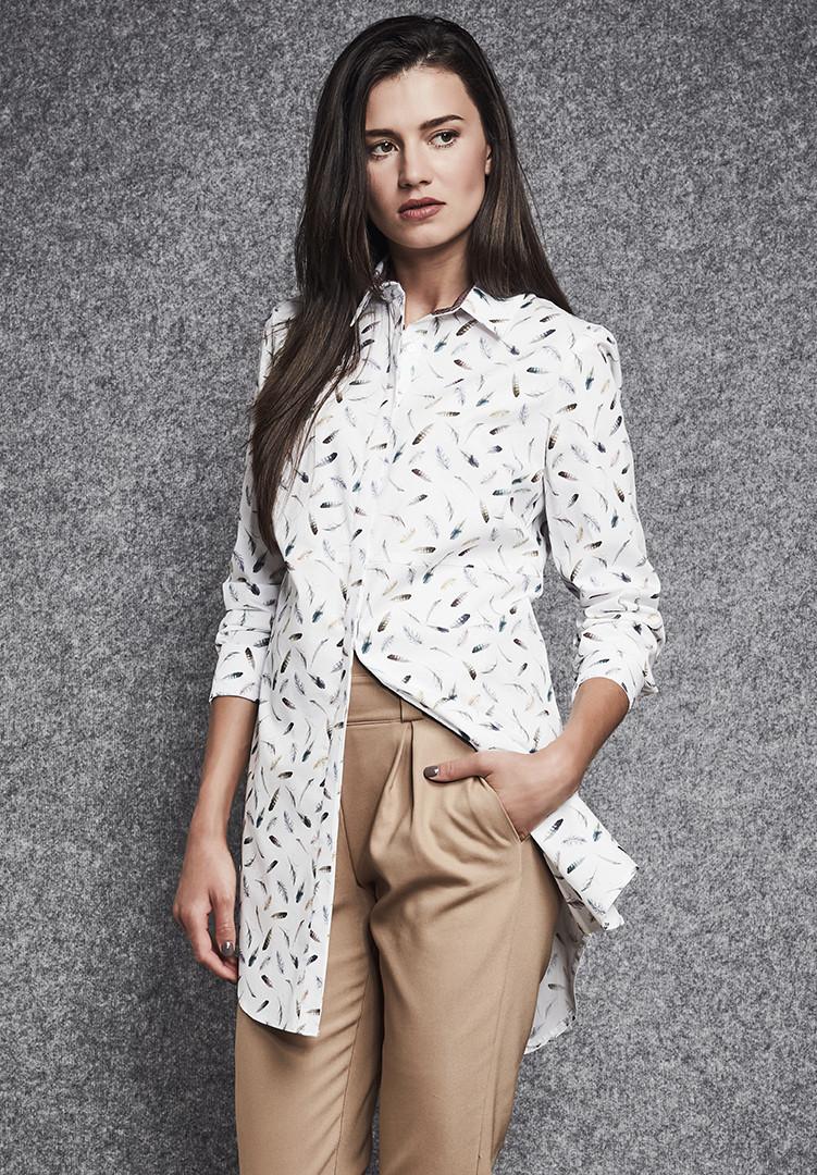 Женская удлиненная рубашка белого цвета с принтом. Модель 260035 Enny