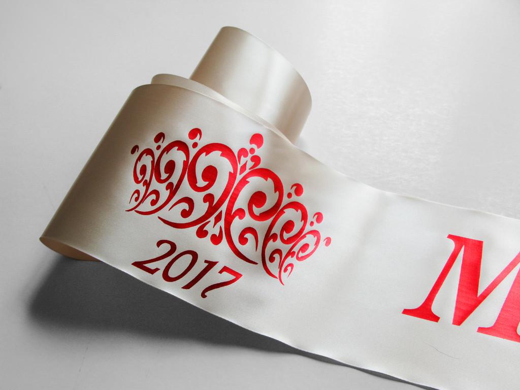 Кремовые ленты на конкурс красоты.